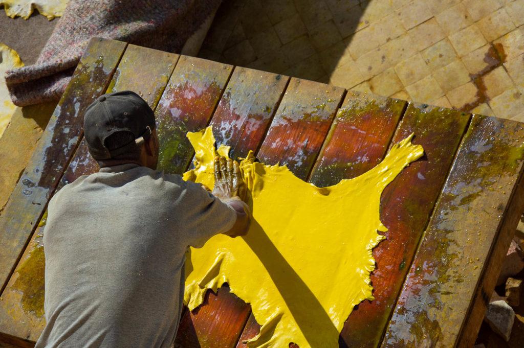 Pittura della pelle alla conceria chouara