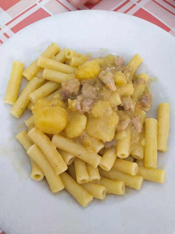 Pasta salsiccia e patate della trattoria Nennella