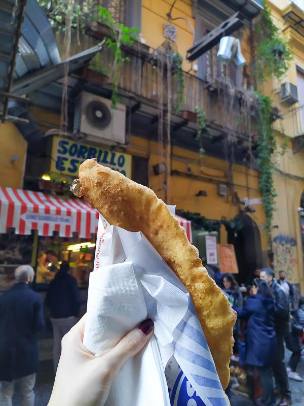 La pizza fritta di Zia Esterina Sorbillo a Napoli