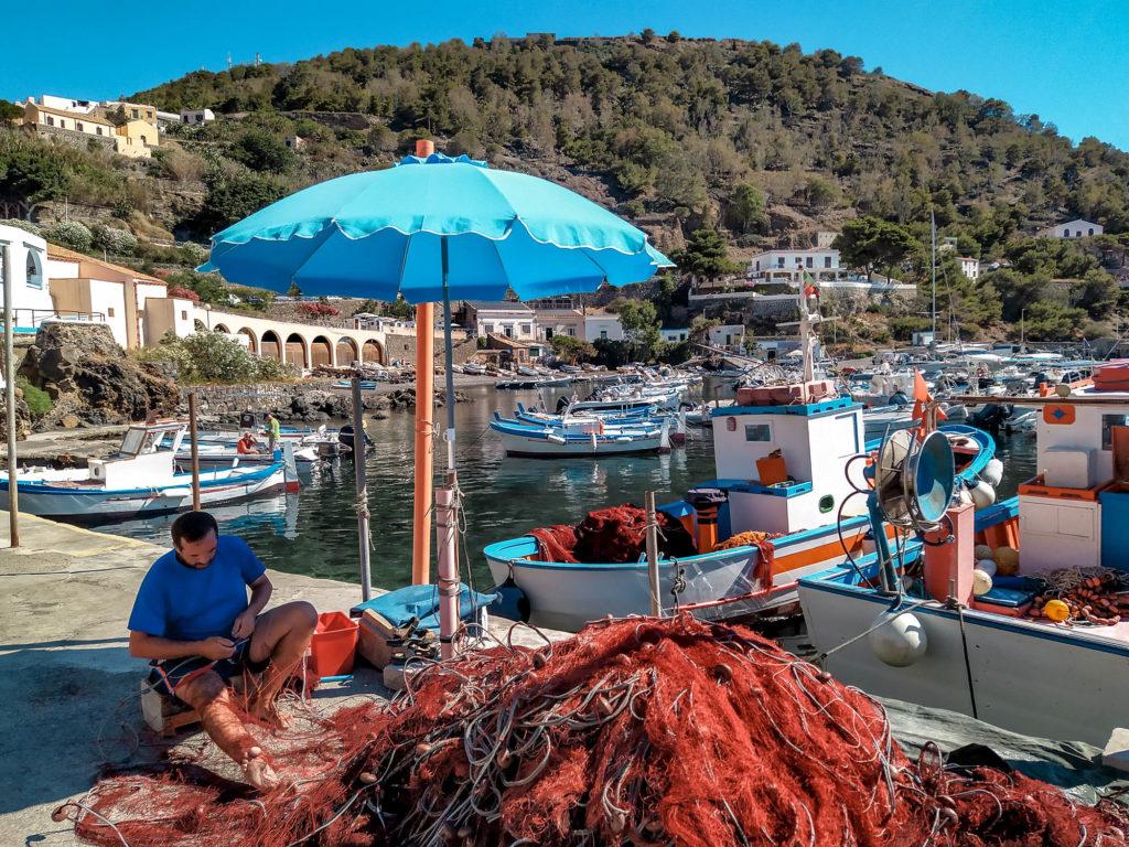 Pescatore al porto di Ustica