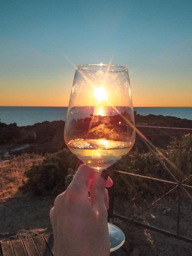 Aperitivo al tramonto al faro di Ustica