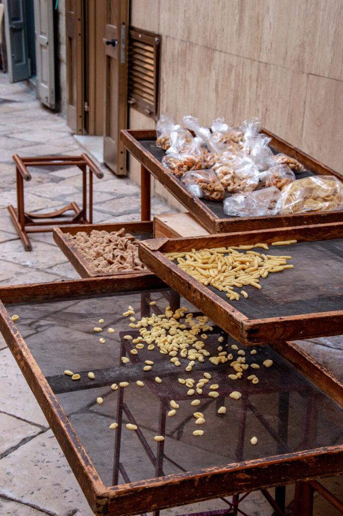 Orecchiette fatte a mano a Largo Albicocca, Bari Vecchia