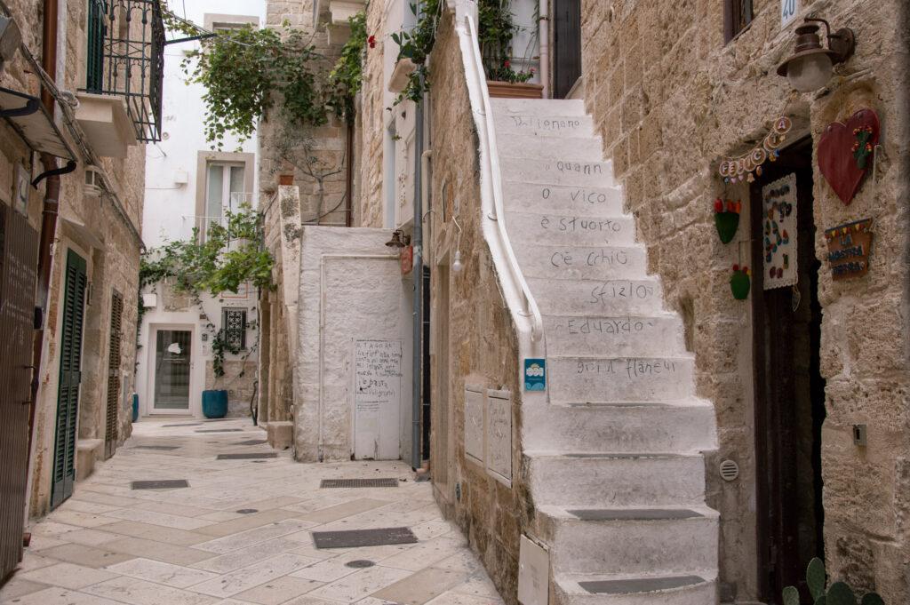 Centro storico di Polignano a Mare con le frasi di Guido il Flaneur