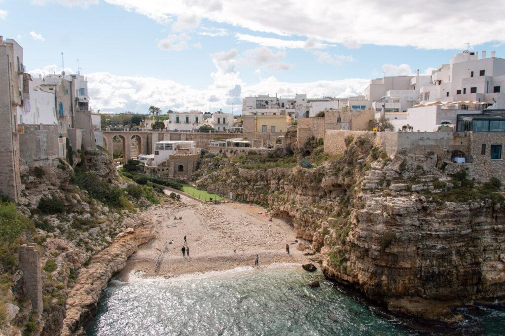 Lama monachile o Cala Porto, la spiaggia di Polignano a Mare